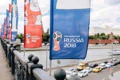 MOSCOU, RISSUA - juin 2018 bleu et drapeaux de ondulation rouges avec le logo et le symbole officiels de la coupe du monde 2018 l Photo stock