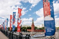 MOSCOU, RISSUA - juin 2018 bleu et drapeaux de ondulation rouges avec le logo et le symbole officiels de la coupe du monde 2018 l Photographie stock