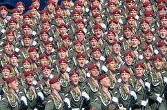 Moscou, Rússia, maio, 09,2015, cena do russo: Os fuzileiros navais dos soldados na parada que cantam a música Fotografia de Stock