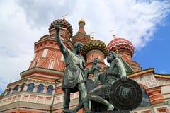 Moscou, Rússia, quadrado vermelho, templo da manjericão o monumento abençoada, de Minin e de Pojarsky Fotografia de Stock