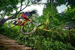 Moscou, Russie - 31 août 2017 : Sautez et volez sur un vélo de montagne Photographie stock libre de droits