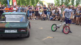 Moscou, Russie - 19 août 2017 : Festival annuel Tout-russe des voitures, procès de vélo sur la voiture clips vidéos