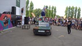 Moscou, Russie - 19 août 2017 : Festival annuel Tout-russe des voitures, procès de vélo sur la voiture banque de vidéos