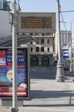 Moscou, Russie 21 09 2015 arrêt d'autobus vide avec le tableau indicateur électronique sur la rue de théâtre Image stock
