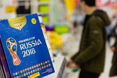 MOSCOU, RUSSIE - 27 AVRIL 2018 : Album officiel pour des autocollants consacrés à la coupe du monde de la FIFA RUSSIE 2018 sur le Image stock