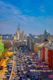 MOSCOU, RUSSIE AVRIL, 24, 2018 : Au-dessus de la vue des rues avec le trafic et au-dessus de la vue du centre international d'aff Photographie stock libre de droits