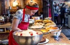 Moscou, Russie - 12 avril 2016 : chef de pâtisserie en café Image libre de droits