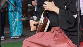 Moscou, Russie, avril 24,2016 : Festival Hinode de Japanise L'artiste japonais jouent sur le musical traditionnel shamisen banque de vidéos