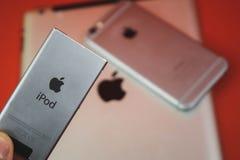 Moscou, Russie - 25 AVRIL 2019 : iPod, iphone et ipad se situant dans une rang?e Production sur le fond rouge Produits d'Apple Pr photographie stock