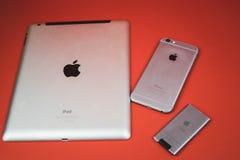 Moscou, Russie - 25 AVRIL 2019 : iPod, iphone et ipad se situant dans une rang?e Production sur le fond rouge Produits d'Apple Pr image libre de droits