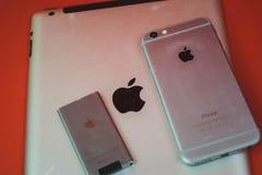Moscou, Russie - 25 AVRIL 2019 : iPod, iphone et ipad se situant dans une rang?e Production sur le fond rouge Produits d'Apple Pr photo libre de droits