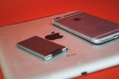 Moscou, Russie - 25 AVRIL 2019 : iPod, iphone et ipad se situant dans une rang?e Production sur le fond rouge Produits d'Apple Pr image stock