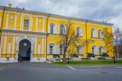 MOSCOU, RUSSIE AVRIL, 24, 2018 : La vue extérieure du bâtiment jaune avec les canons antiques dans l'avant, collection incorpore Images stock
