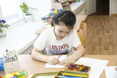 MOSCOU, RUSSIE 17 AVRIL 2014 : le jeu d'enfants avec des jouets et emploient le tuteur dans un jardin d'enfants Photos stock