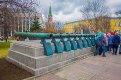 MOSCOU, RUSSIE AVRIL, 24, 2018 : Les gens marchant près de vieux troncs militaires des canons antiques La collection incorpore Image libre de droits