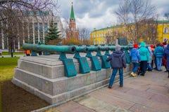 MOSCOU, RUSSIE AVRIL, 24, 2018 : Les gens marchant près de vieux troncs militaires des canons antiques La collection incorpore Photo libre de droits