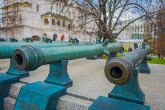 MOSCOU, RUSSIE AVRIL, 24, 2018 : Objets exposés de vieux troncs militaires des canons antiques La collection incorpore le vieux r Image stock