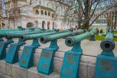 MOSCOU, RUSSIE AVRIL, 24, 2018 : Objets exposés de vieux troncs militaires des canons antiques La collection incorpore le vieux r Photos stock