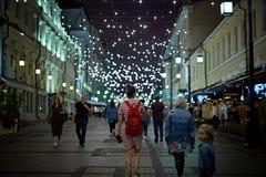 Moscou, Russie - avril 2018 : Rue d'Arbat décorée des guirlandes Russie photo stock
