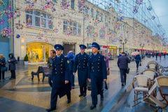 MOSCOU, RUSSIE AVRIL, 24, 2018 : Vue extérieure du groupe des hommes portant l'uniforme bleu de marine et marchant près d'un mili Photos libres de droits