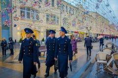 MOSCOU, RUSSIE AVRIL, 24, 2018 : Vue extérieure du groupe des hommes portant l'uniforme bleu de marine et marchant près d'un mili Photographie stock libre de droits