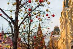 MOSCOU, RUSSIE - 10 décembre 2016 : Moscou a décoré pendant des vacances de nouvelle année et de Noël Piste de patinage de gomme  Photos stock