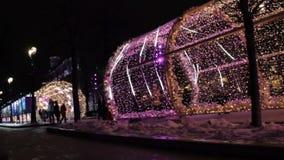 MOSCOU, RUSSIE - 21 DÉCEMBRE 2017 : Les gens dans allumé avec les lumières colorées percent un tunnel Rue décorée pour la nouvell clips vidéos