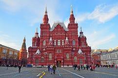 Moscou, Russie, décembre, 25, 2013 Scène russe : Les gens marchant près du musée historique sur la place rouge Image libre de droits