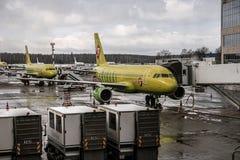 Moscou Russie 28 de fév. 2016 : Airlainers de S7 Sibérie dans l'aéroport de Domodedovo après des chutes de neige de nuit Image stock
