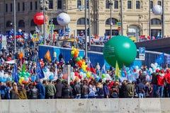 Moscou, Russie - 1er mai 2019 : Les peuples avec des drapeaux et les ballons colorés sur le remblai de Kremlevskaya vont à la dém photos stock