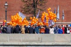 Moscou, Russie - 1er mai 2019 : Les peuples avec des drapeaux et les ballons oranges sur le remblai de Kremlevskaya vont à la dém photo libre de droits