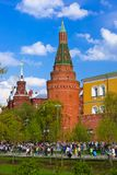 MOSCOU, RUSSIE - 1ER MAI : Personnes de marche dans Kremlin le 1er mai, 20 Images libres de droits