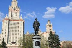 Moscou, Russie - 1er mai 2019 : Sculpture de Mikhail Vasilyevich Lomonosov dans la perspective de Moscou Universit? d'?tat photographie stock libre de droits