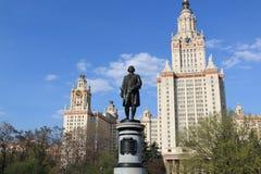 Moscou, Russie - 1er mai 2019 : Sculpture de Mikhail Vasilyevich Lomonosov dans la perspective de Moscou Universit? d'?tat photo stock