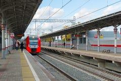 Moscou, Russie 1er octobre 2016 hirondelle de train à grande vitesse à l'anneau de central de Shelepiha Moscou de station Images stock