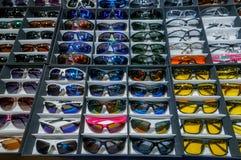 Moscou, Russie - 25 février 2017 : Étalage avec beaucoup de lunettes de soleil protectrices tactiques pour le modèle de mode Photographie stock