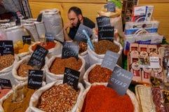 Moscou, Russie - 25 février 2017 : Acheteurs de attente ennuyés par épices orientales de vendeur Photographie stock libre de droits