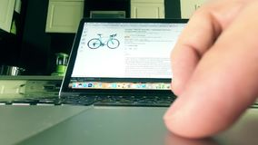 MOSCOU, RUSSIE - 25 FÉVRIER 2018 Choix de la bicyclette sur Amazone site en ligne de magasin de COM Homme employant le touchpad d Images libres de droits