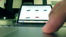 MOSCOU, RUSSIE - 25 FÉVRIER 2018 Choix de la voiture sur Amazone site en ligne de magasin de COM Homme employant le touchpad de l Image libre de droits