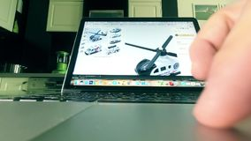 MOSCOU, RUSSIE - 25 FÉVRIER 2018 Choix des jouets sur Amazone site en ligne de magasin de COM Homme employant le touchpad de l'or Images libres de droits