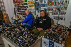 Moscou, Russie - 25 février 2017 : Deux vendeurs des clients de attente d'attirails de pêche derrière le compteur Image stock