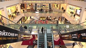 MOSCOU, RUSSIE - FÉVRIER, 28, 2017 Escaliers mobiles et stocks de métropole moderne de centre commercial images stock