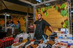 Moscou, Russie - 25 février 2017 : Homme barbu de brune, acheteurs de attente des épices orientales maison Image libre de droits