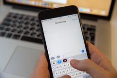 Moscou/Russie - 20 février 2019 : introduction d'un nouveau message sur l'iPhone sur le fond de MacBook photos stock