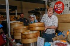 Moscou, Russie - 25 février 2017 : L'homme prépare le pyan-Se coréen national d'aliments de préparation rapide dans un vapeur en  Photo stock