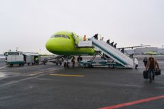 Moscou, Russie - 4 février 2017 : les passagers laissent l'avion après le débarquement Image stock
