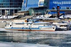 Moscou, Russie - 14 février 2019 : Navigation de navires de rivière le long de la rivière de Moskva au pilier pendant la saison d images stock