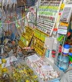 Moscou, Russie - 25 février 2017 : Petit étalage de détaillants avec l'amorce pour la pêche Photographie stock