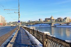 Moscou, Russie - 14 février 2019 : Remblai de Bersenevskaya, Bogdan Khmelnitsky Pedestrian Bridge et rivière de Moscou images stock