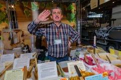 Moscou, Russie - 25 février 2017 : Vendeur aux cheveux gris à la foire derrière la table avec du miel maison Images stock